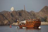 Viejo barco de madera en el puerto de muscat — Foto de Stock