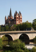 The old Lahn river bridge and the Cathedral in Limburg (Limburger Dom), Hes — Stock Photo