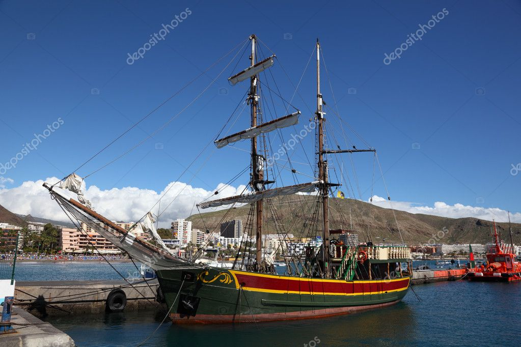 Sailing ship anchoring in Los Cristianos, Tenerife Spain — Stock Photo #6376599