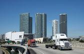Camiones en el puente — Foto de Stock