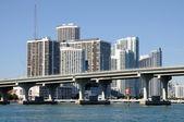 Downtown miami z mostu biscayne w planie, florida, stany zjednoczone ameryki — Zdjęcie stockowe