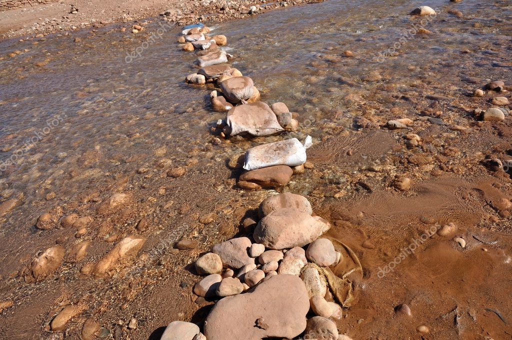 Stepping stones over the Ouarzazate River in Morocco — Stock Photo #6387702