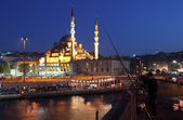 Fishermen on the Galata Bridge and the New Mosque (Yeni Camii) illuminated — Stock Photo