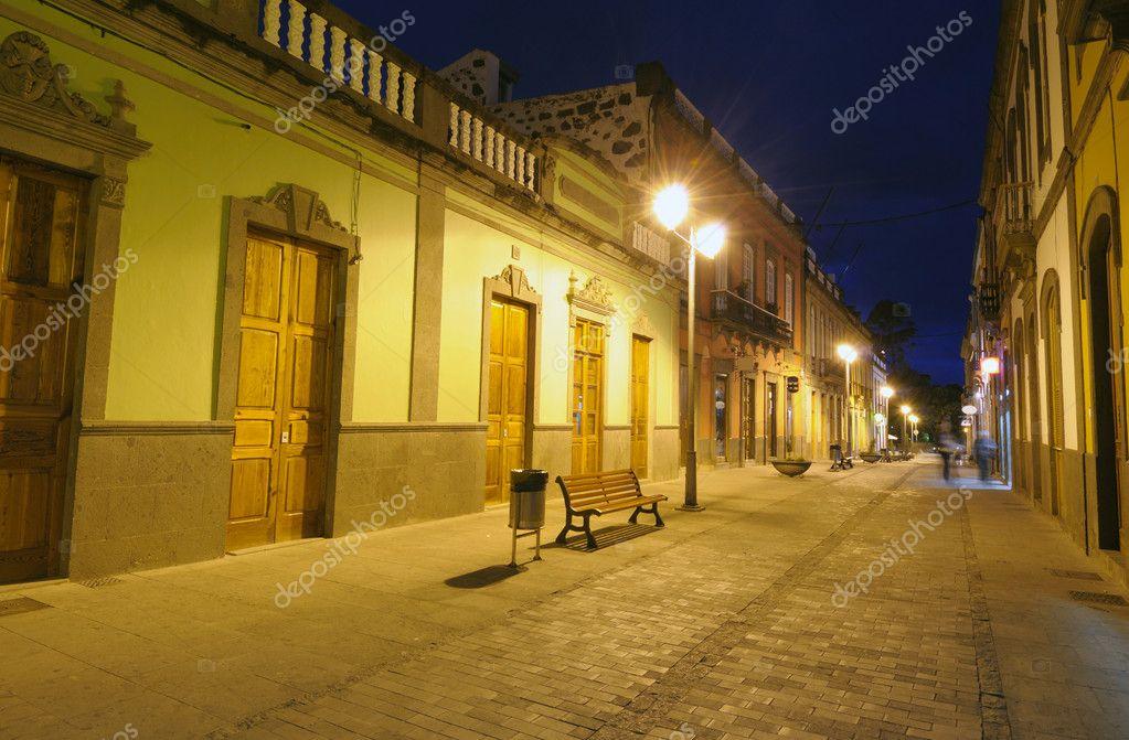 Rue de la ville clair e la nuit espagne photographie for Piscine eclairee la nuit