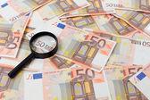 Billets en euros cinquante et une loupe — Photo
