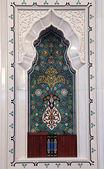 Oriental mosaic decoration in a mosque. Quran books in a shelf. Sultanate o — Stock Photo