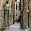 Narrow street in the old town of Sibenik, Croatia — Stock Photo