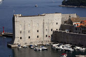 Yachts in front of fortified medieval town Dubrovnik, Croatia — Stock Photo