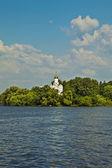 Kościół na rzece dniepr — Zdjęcie stockowe