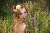 žena s modrými květy — Stock fotografie
