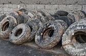 Pneus velhos desperdiçados no porto — Foto Stock