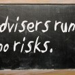 """Advisers run no risks"" written on a blackboard — Stockfoto"