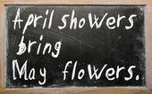 """""""april duschar att maj blommor"""" skrivet på en svart tavla — Stockfoto"""