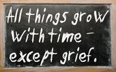 """All things grow with time - except grief"" written on a blackboa — Foto Stock"