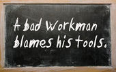 """A bad workman blames his tools"" written on a blackboard — Foto Stock"