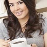 piękne hiszpanin kobieta latina picia kawy lub herbaty — Zdjęcie stockowe
