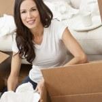 mulher solteira desempacotar caixas de mudança de casa — Foto Stock