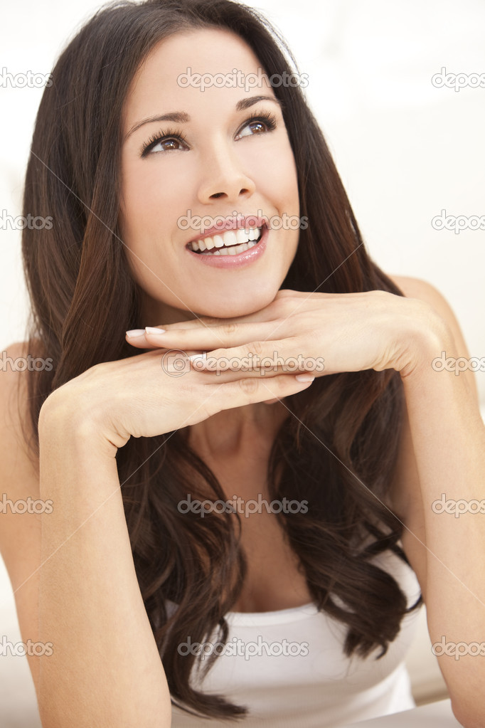Portrait of a beautiful brunette young woman with perfect teeth smiling and resting on her hands — Stock Photo #6266326