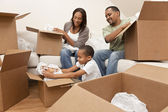 Afro-Amerikan aile açma ev taşıma kutuları — Stok fotoğraf