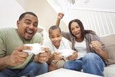 Famiglia afro-americana, divertirsi giocando computer console gioco — Foto Stock