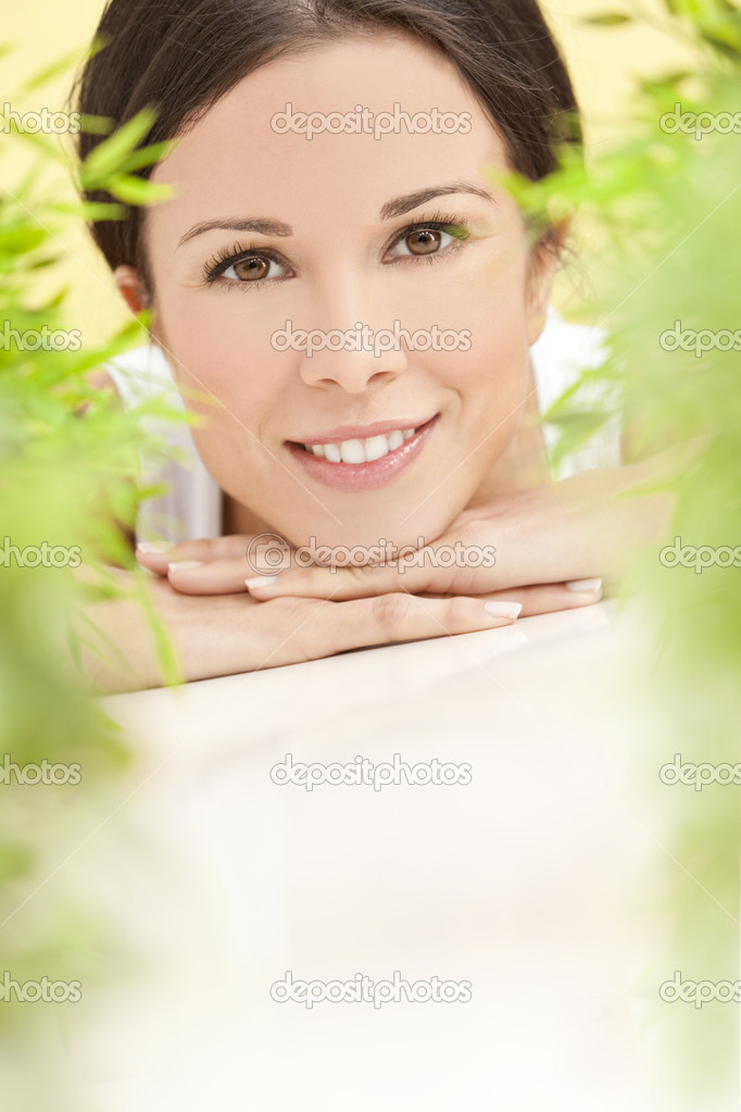 depositphotos 6319842 Natural Health Concept Beautiful Woman Smiling Nuisette en dentelle blanche transparente, douce et légère.
