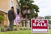 афроамериканец пара около дома для продажи знак — Стоковое фото