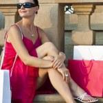 hermosa latina joven relajante con bolsas de compras — Foto de Stock   #6470014