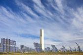 可再生绿色能源太阳能塔包围镜面板 — 图库照片