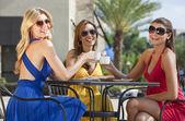 Tres hermosas mujeres jóvenes tomando un café en el café de la ciudad — Foto de Stock