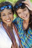 Dos amigos de hermosas mujeres jóvenes riendo de vacaciones — Foto de Stock