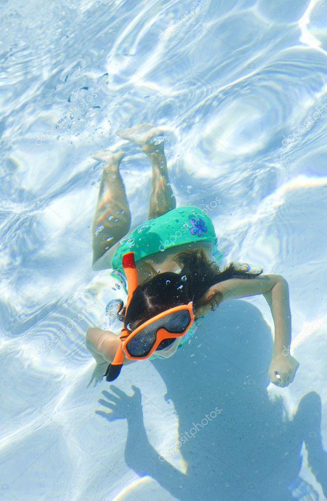 Petites filles nager sous l 39 eau dans la piscine avec masques et tuba ph - Nager dans la piscine ...