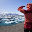 Female Hiker Looking at Iceberg Filled Lagoon, Jokulsarlon, Icel — Foto de Stock