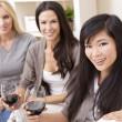 grupo interracial tres mujeres amigos bebiendo vino en — Foto de Stock