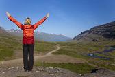Kvinna hiker tittar ner berufjordur valley island — Stockfoto