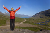 žena tramp shlíží do údolí island berufjordur — Stock fotografie