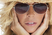 Sexy Blond Girl In Aviator Sunglasses and Straw Cowboy Hat — Stock fotografie
