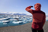 Female Hiker Looking at Iceberg Filled Lagoon, Jokulsarlon, Icel — Stock Photo