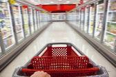 Snabbmat konceptet rörelseoskärpa shopping vagn i stormarknad — Stockfoto