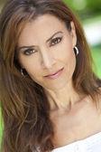 Portrait en plein air d'une belle jeune femme dans la trentaine — Photo