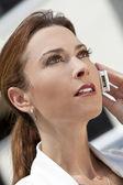 Belle jeune femme dans la trentaine parler sur téléphone portable — Photo