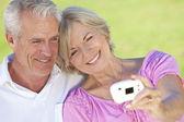 Felice coppia senior prendendo fotografia autoritratto su digital c — Foto Stock