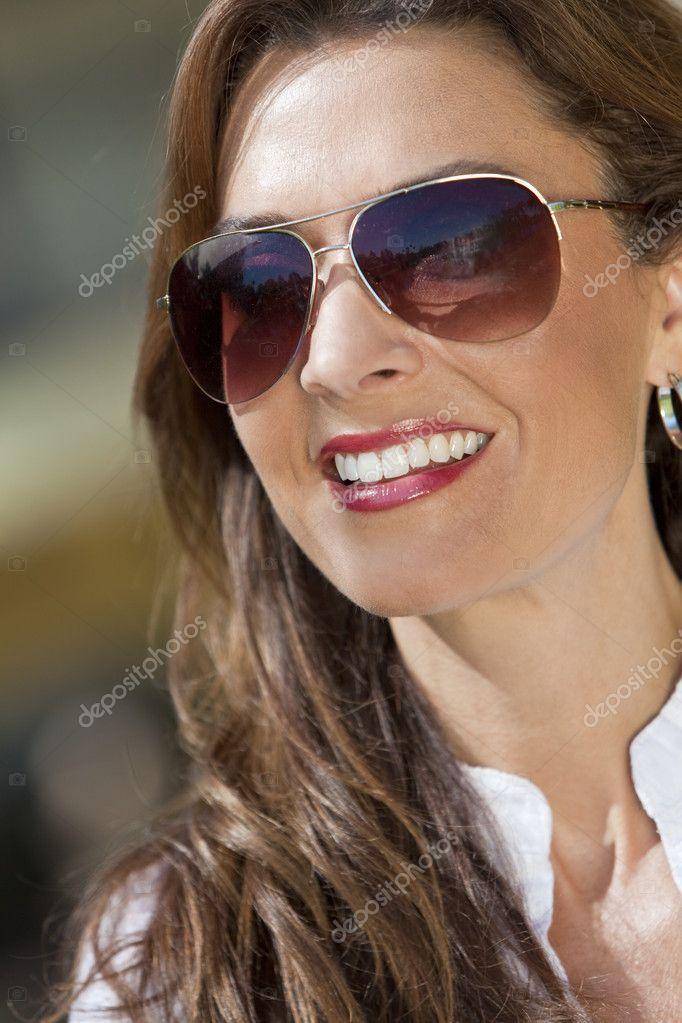 portrait d 39 une belle jeune femme lunettes de soleil. Black Bedroom Furniture Sets. Home Design Ideas
