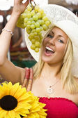 Eating Grapes In The Market — Stock Photo