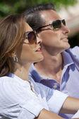 Attrayant de la trentaine en couple au soleil, lunettes de soleil — Photo