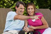 Gelukkig midden leeftijd man vrouw paar wijzen en niet meer hand in hand — Stockfoto