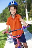 在他的自行车上骑自行车的年轻男孩儿童 — 图库照片