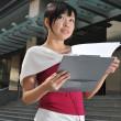 亚洲中国办事处员工与剪贴板 — 图库照片