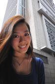 Ung asiatisk kinesisk student ser in i kameran — Stockfoto