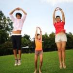 屋外の楽しみを持つ 3 人の子供 — ストック写真