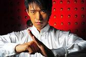 Hombre chino asiático en kungfu staces — Foto de Stock